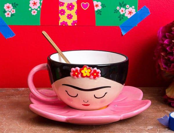 frida kahlo taza diseño con flores